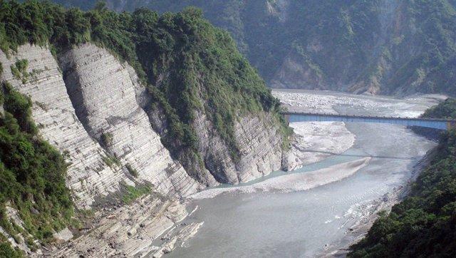 Roca expuesta por erosión en un río de Taiwan