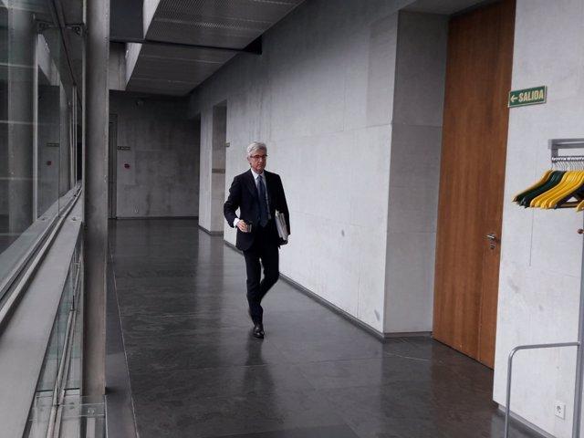 Enrique Goñi en el Parlamento de Navarra