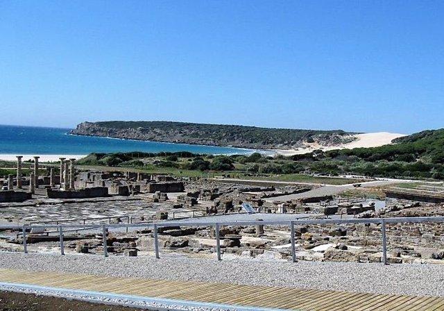 Imagen de la playa de Bolonia y de Baelo Claudia