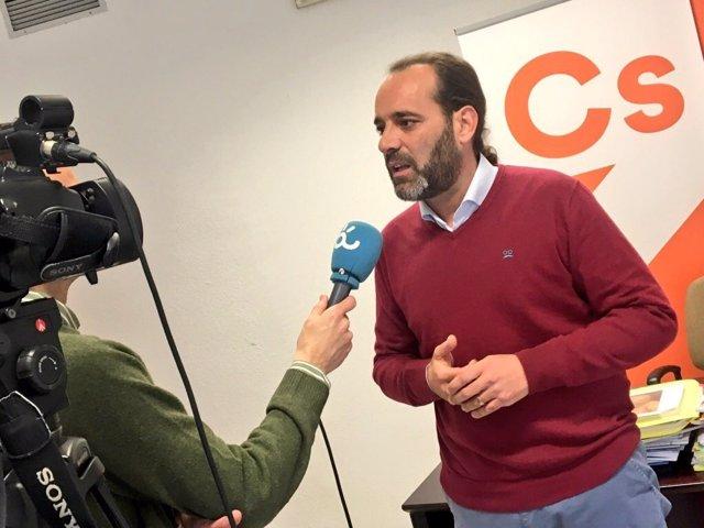 Juan Cassá atiende a los medios