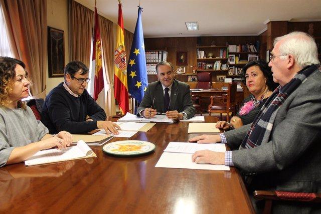 Delegado del Gobierno con productores olivareros