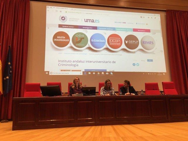 Elena Ruiz directora del IAM en Málaga imparte conferencia ciberdelincuencia