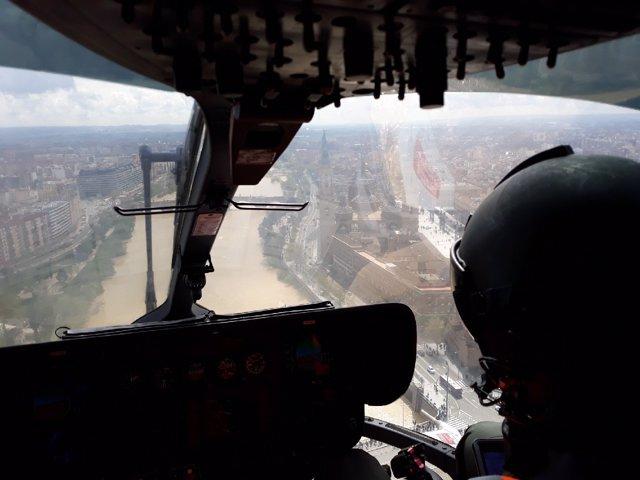 Un helicóptero de la Guardia Civil sobrevolando hoy el Ebro en Zaragoza