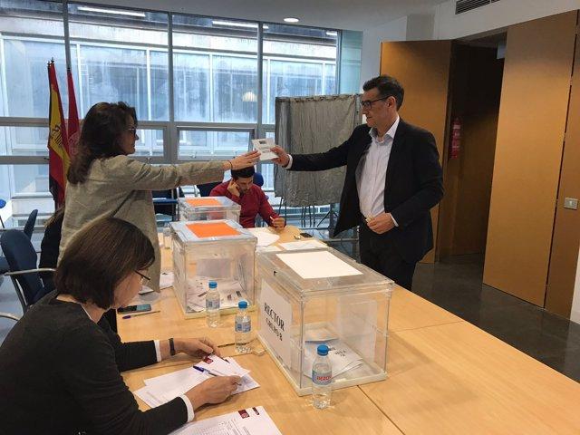 Fotografía de José Luján, votando