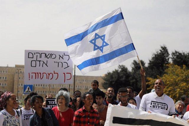 Inmigrantes de África y activistas israelíes a favor del acuerdo con ACNUR