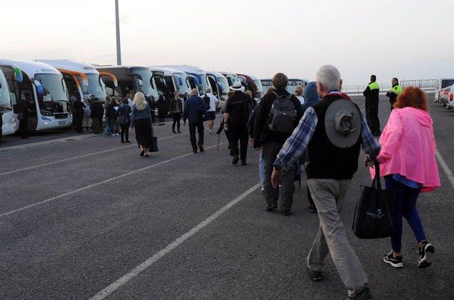 Imagen de archivo de cruceristas cogiendo autobuses para ir a Huelva.