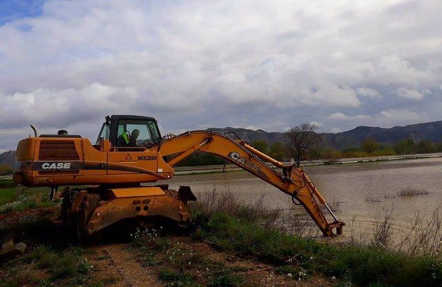 Maquinaria de la DPZ trabaja para proteger los municipios de la riada del Ebro.