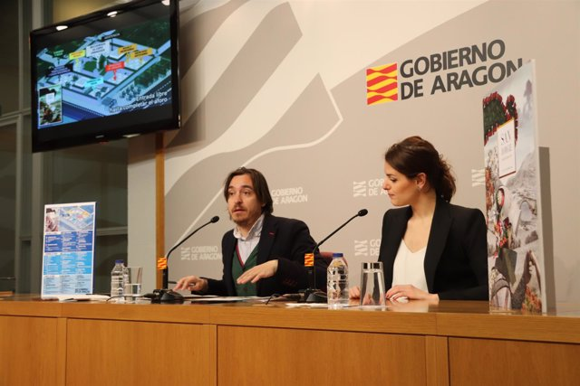 Nacho Escuín y la creadora del cartel del Día de Aragón, María José Sánchez.