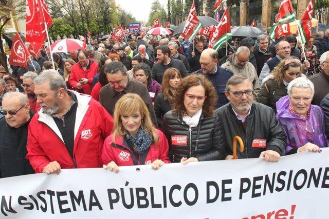 Líderes sindicales en manifestación en Sevilla por unas pensiones dignas