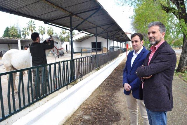 Sánchez (dcha.) y López visitan el Centro Agropecuario