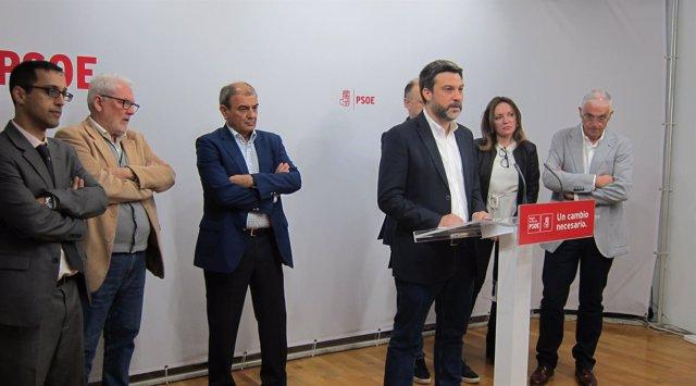 El diputado PSOE Joaquín López  con miembros Pluaralia