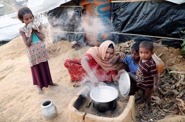 Refugiada de Rohingya cocina en el campamento de refugiados de Bangladesh
