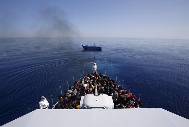 Rescate de migrantes en la costa de Sicilia, Italia