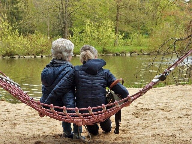 Mujeres descansando, canas, mayores, menopausia