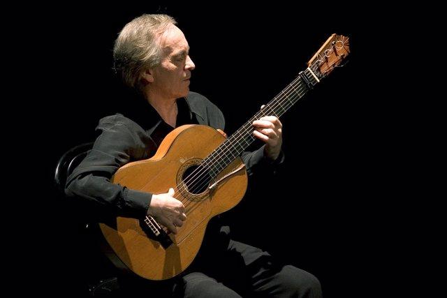 Paco Peña tocando la guitarra