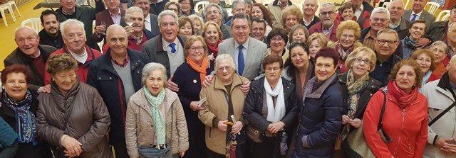 El alcalde de Sevilla junto a los mayores inscritos en sorteo para el Alumbrado