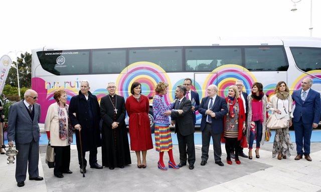 Autoridades junto al autobús