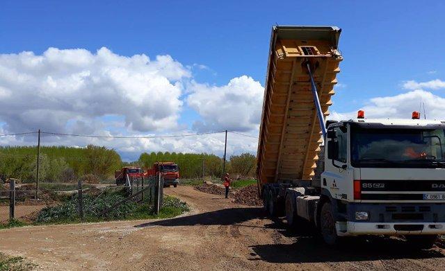 Camiones de la DPZ ayudan al refuerzo de motas y construcción de nuevas defensas