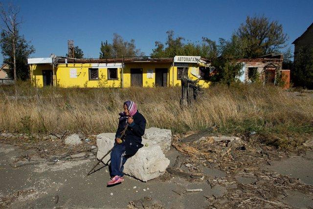 Una mujer sentada en un edificio abandonado en Donetsk