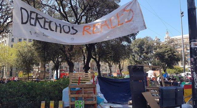 Acampada de personas sin hogar en la plaza Catalunya de Barcelona