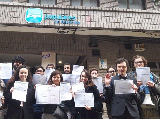 Acto simbólico de protesta de los estudiantes ante la sede del PP.