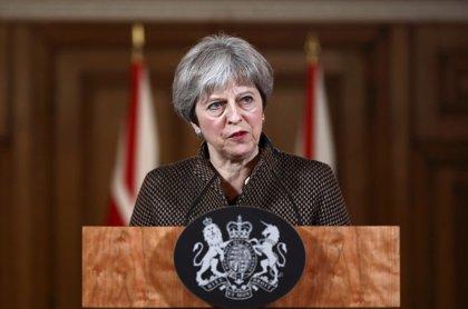 """May sostiene que la ofensiva es """"correcta y legal"""" ante las """"barbaries"""" de Al Assad"""