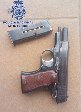 Pistola semiautomática intervenida por los agentes