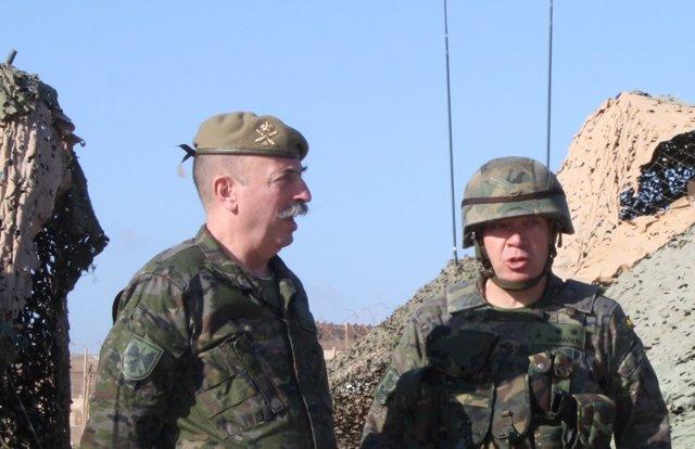 El general José Miguel de los Santos Granados, a la izquierda
