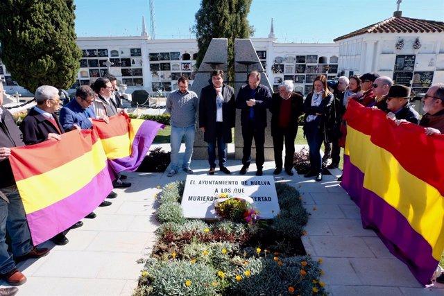 Ofrenda floral ante el Monumento de los Caídos por la Libertad