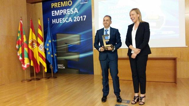 Marta Gastón entrega el premio Empresa Huesca de 2017.