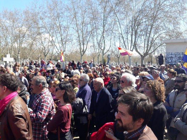 Homenaje a los fusilados durante el franquismo en el cementerio del Este