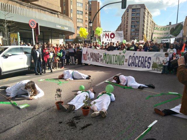 Performance al inicio de la manifestación contra la mina de Cáceres