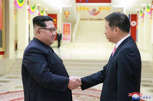 El líder norcoreano, Kim Jong Un, y el emisario chino Song Tao