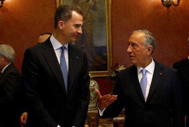 El Rey Felipe VI habla con el Presidente de Portugal, Marcelo Rebelo de Sousa