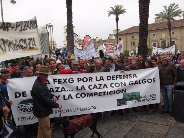 Una de las pancartas en la concentración a favor de caza en Mérida