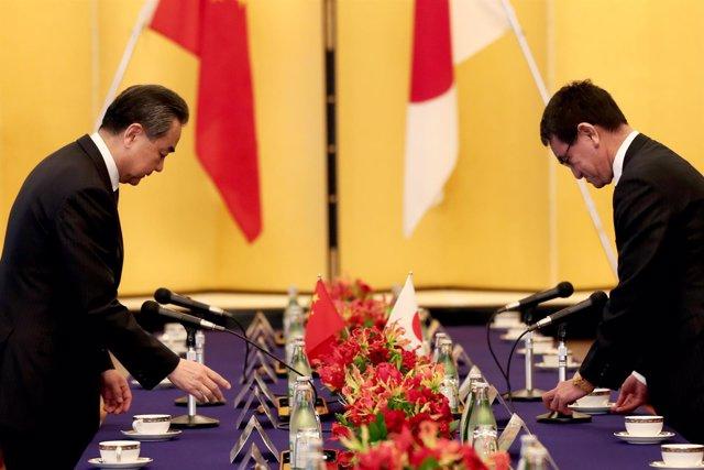 Taro Kono y Wang Yi, ministros de Exteriores de Japón y China
