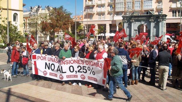 """Concentración por unas """"pensiones dignas"""" en Ceuta"""