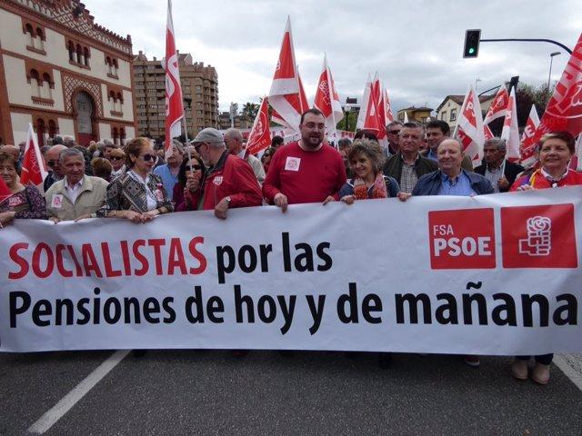 Adrián Barbón en la manifestación en defensa de las pensiones.