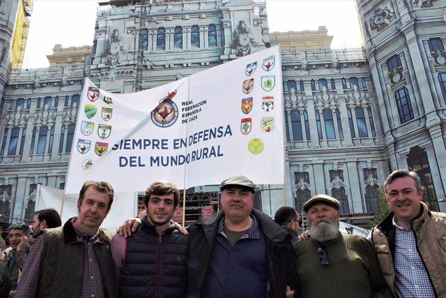 Cazadores se concentran en el Ayuntamiento de Madrid