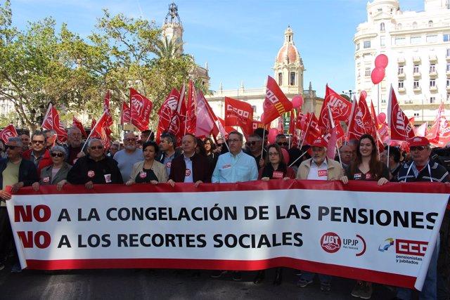 Pensionistas y sindicatos en la manifestación