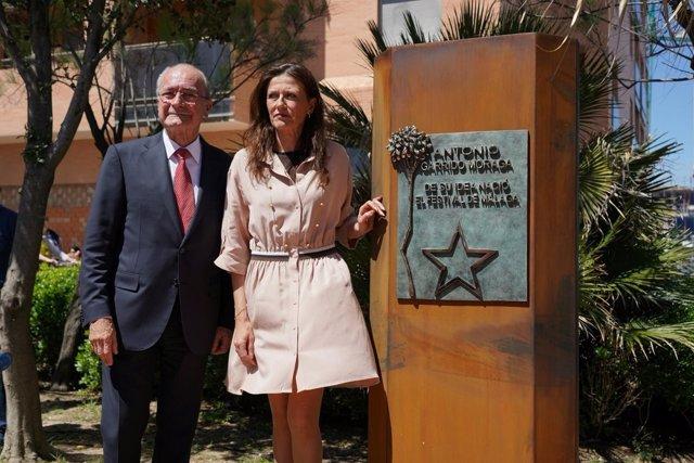 Homenaje a Antonio Garrido Moraga. Alcalde y viuda descubren monolito en paseo