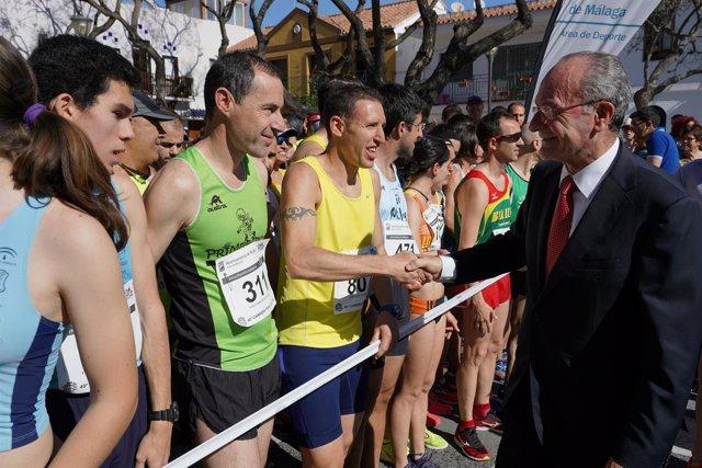 Alcalde Malaga saluda a los participantes en la carrera popular de El Palo