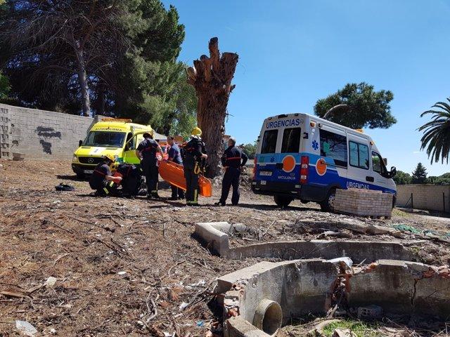 Efectivos operarios de bomberos málaga capital asisten mujer caída montes málaga