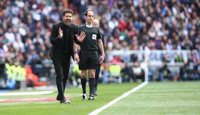 Diego Pablo Simeone dirigiendo al Atlético desde el área técnica