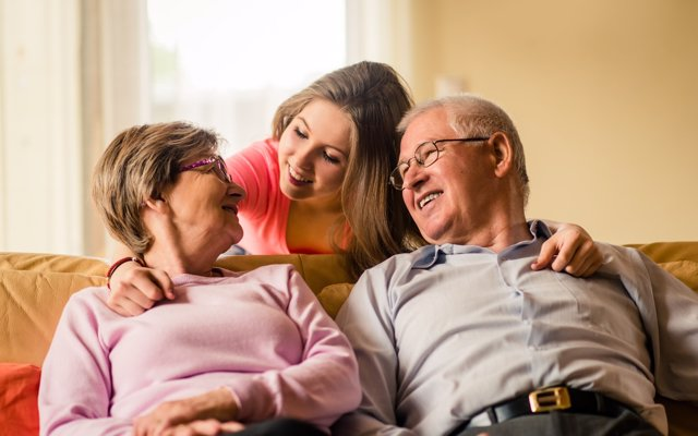 Más del 40% de los jóvenes en España sienten indiferencia hacia sus abuelos