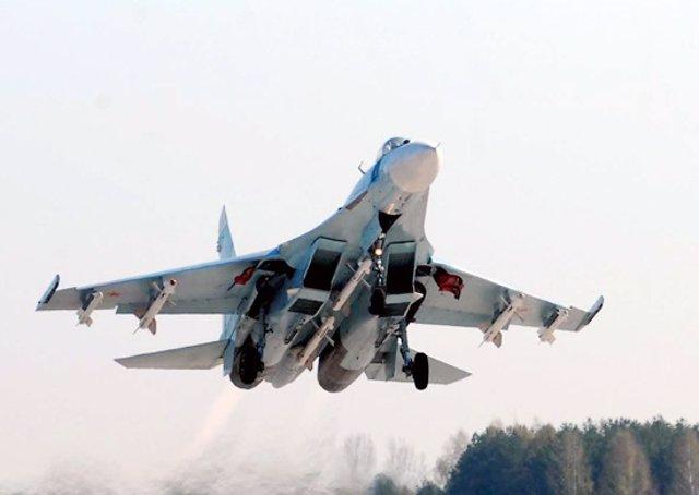 Caza ruso Sujói Su-27 en la maniobra de despegue