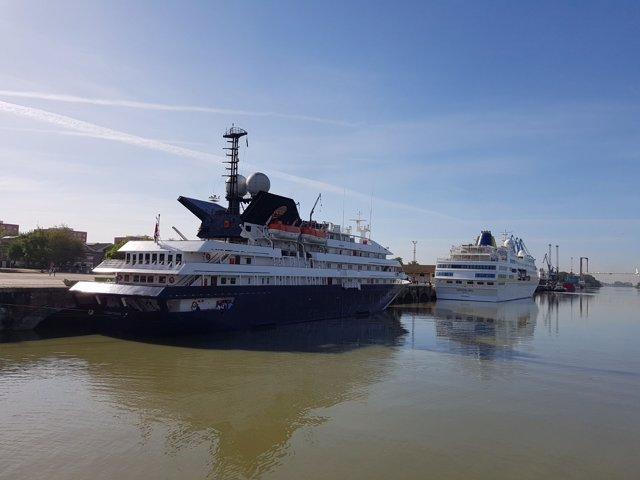 Los buques Corinthian y Hamburg