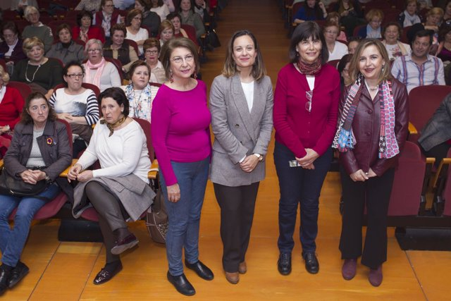 Guijarro (tercera por la dcha.), en la inauguración del encuentro
