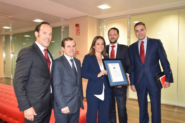 Directivos de Santander, con el responsable de Banca de AENOR, Ramón Palacios