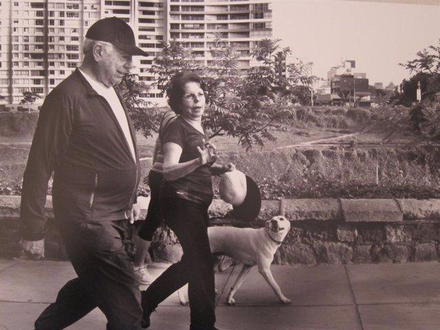 Vargas Llosa en una fotografía de la muestra 'Passejades de Nobel'